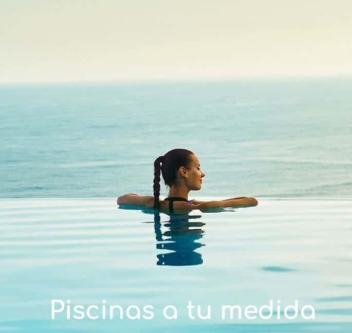 mujer-disfruta-vista-horizonte-en-piscina