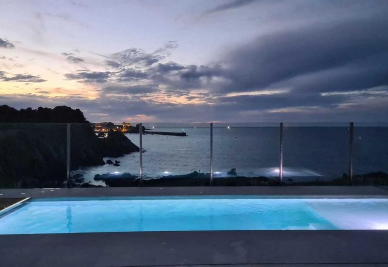 piscina-castro-urdiales-de-noche-principal